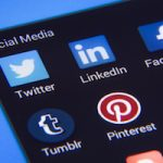 Redes sociales, calle de doble sentido levemente iluminada